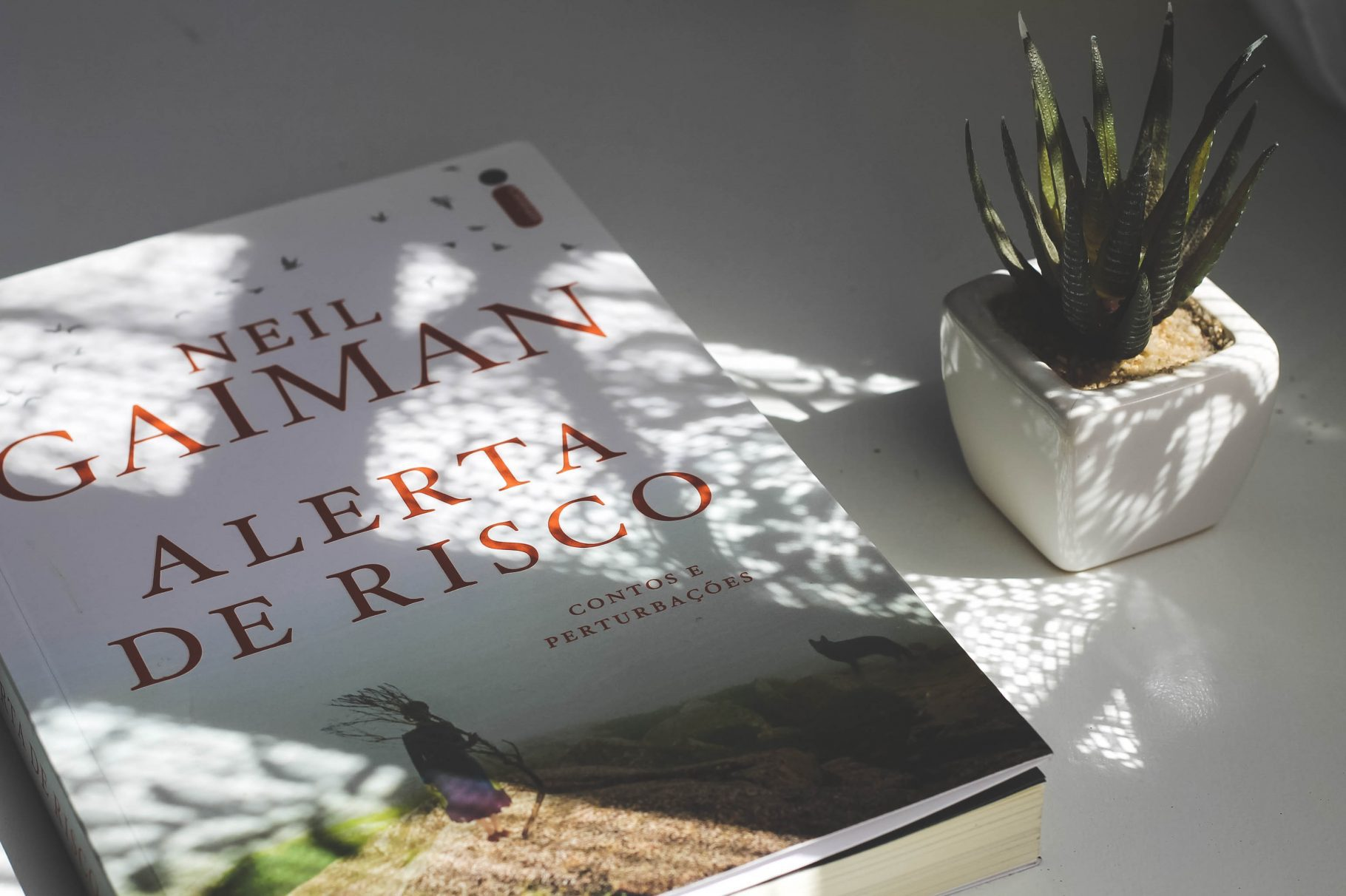 """Neil Gaiman, alertas, perturbações e ficção em """"Alerta de Risco"""""""